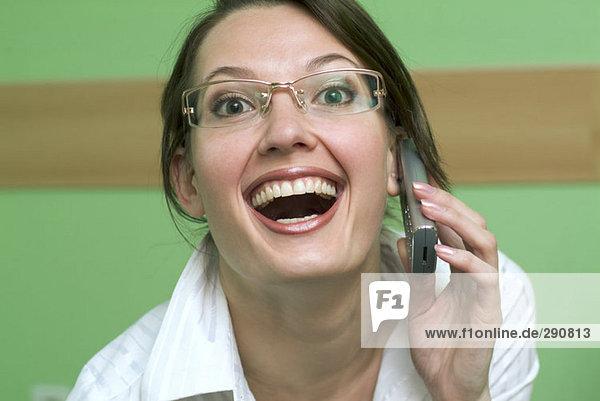 Porträt von lachend geschäftsfrau mit Handy