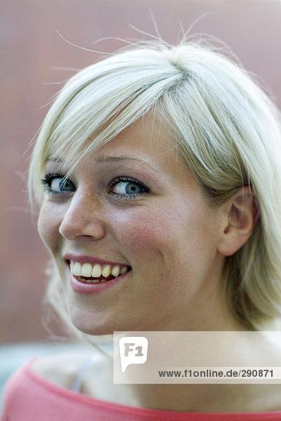 Porträt von glücklich aussehende junge blonde