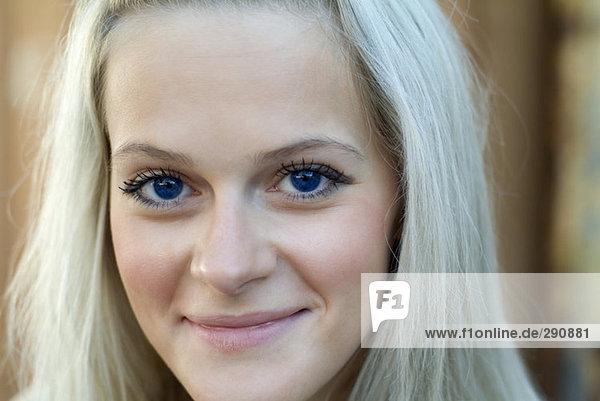Headshot of blue eyed Lächelnde Frau Headshot of blue eyed Lächelnde Frau