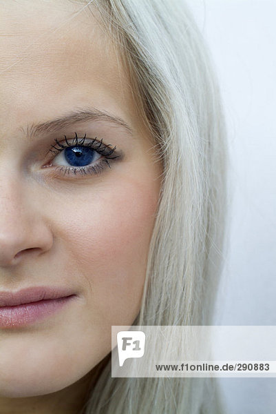Portrait einer jungen Frau blond mit blauen Augen zugeschnitten Portrait einer jungen Frau blond mit blauen Augen zugeschnitten