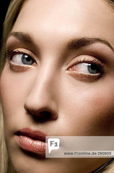 Nahaufnahme der jungen Frau trägt leichte make-up