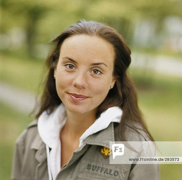 Lächelnd junge Frau brunette Porträt.