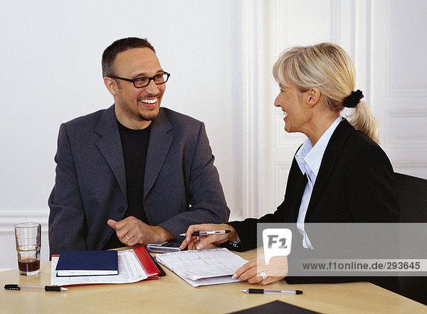 Eine Frau und ein Mann auf einem Treffen.