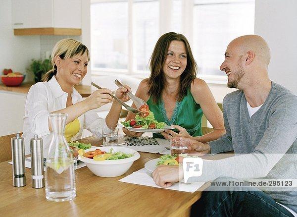 sitzend Abendessen Frau Mann lächeln 2 Tisch