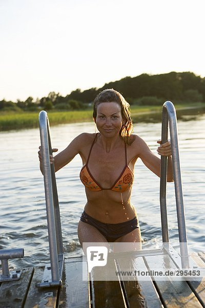 Eine Frau in einem Bikini aus schwimmen.
