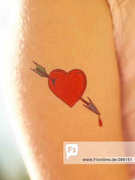 Eine Tätowierung auf ein Mädchen Arm Nahaufnahme.