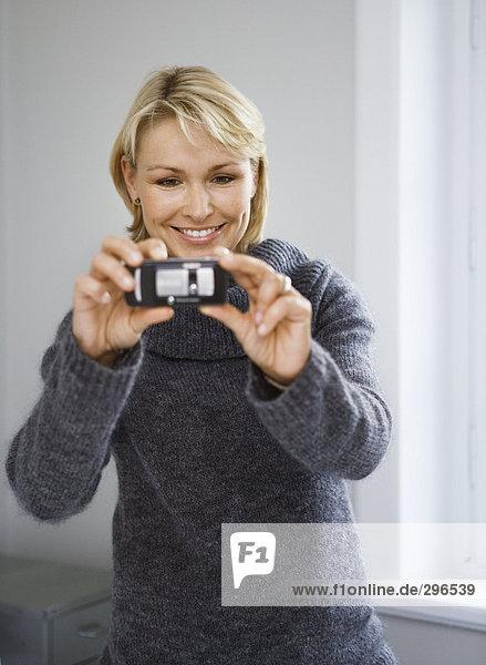 Eine Lächelnde Frau fotografieren Fotografen.