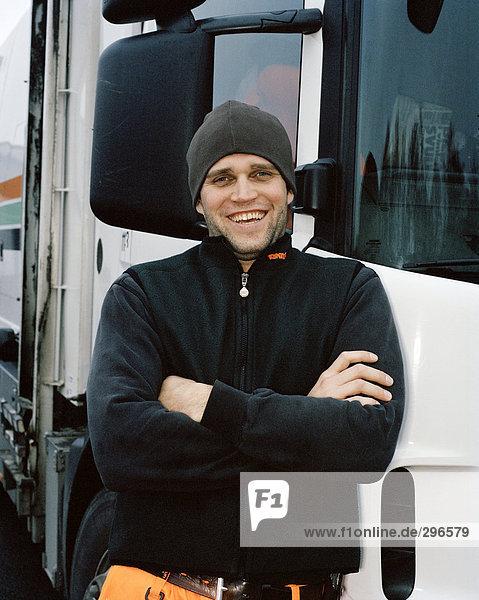 Ein Mann  ein LKW-Porträt einstehen.