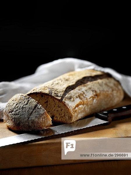 Brot auf eine Schneidebrett.