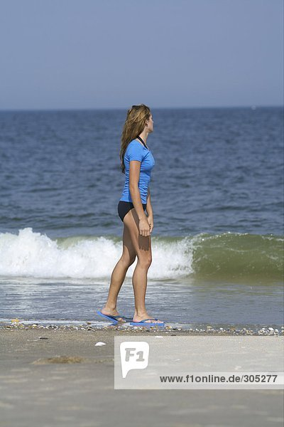 Junge Frau geht am Strand spazieren - Urlaub - Einsamkeit  fully_released