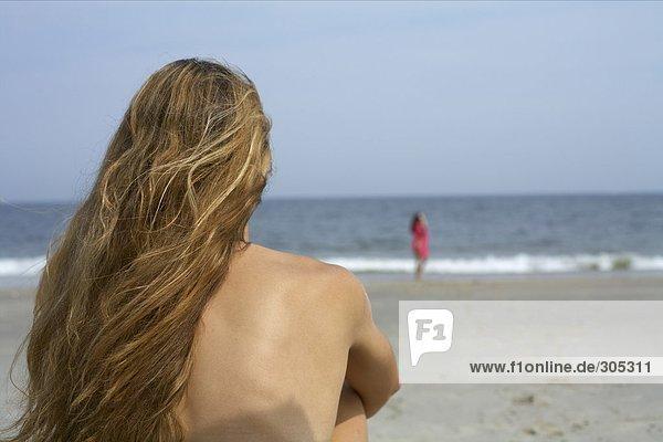Blonde Frau sieht aufs Meer hinaus - Haut - Sinnlichkeit  fully_released