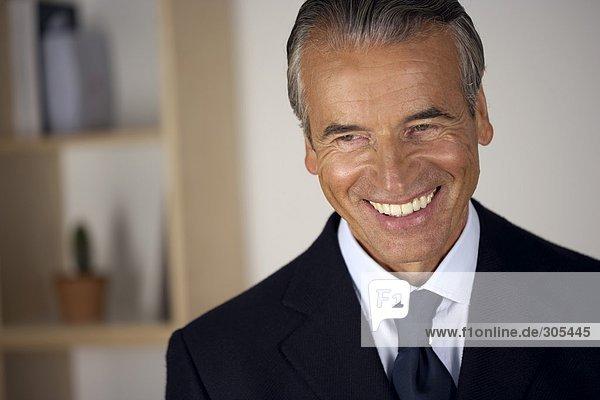 Älterer Geschäftsmann lächelt  fully_released