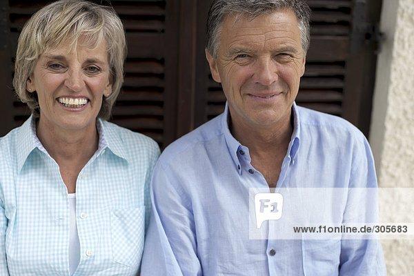 Älteres Ehepaar miteinander auf einer Terrasse - Freizeit  fully_released