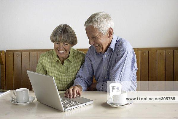Älteres Ehepaar sitzt vor einem Laptop - Flexibilität - Technologie - Alter  fully_released