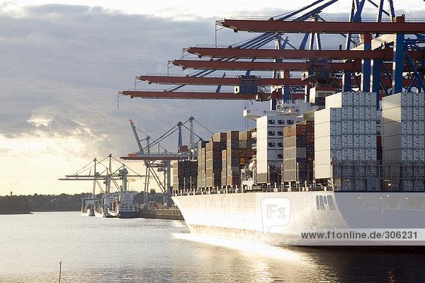 Deutschland  Hamburg  Containerschiff im Waltershofer Hafen am Burchardkai
