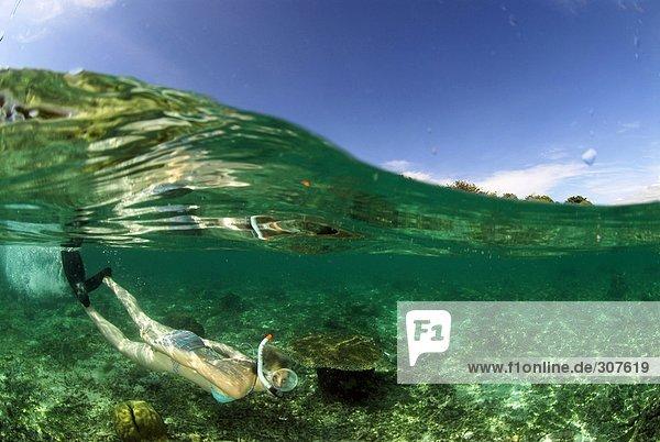 Philippinen  Dalmakya Island  Frau beim Schnorcheln im Meer  Unterwasserblick