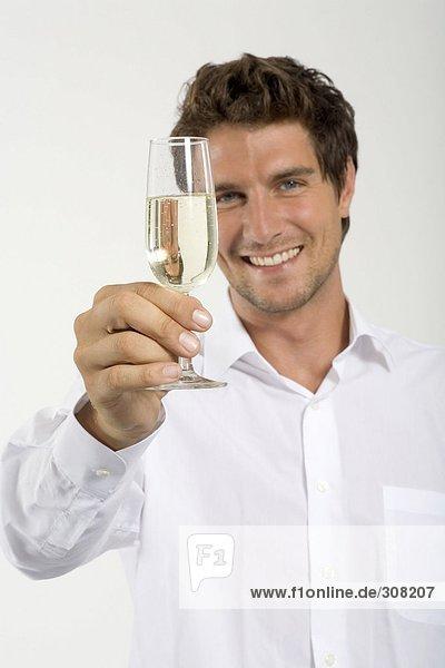 Junger Mann mit einem Glas Champagner  Nahaufnahme  Porträt