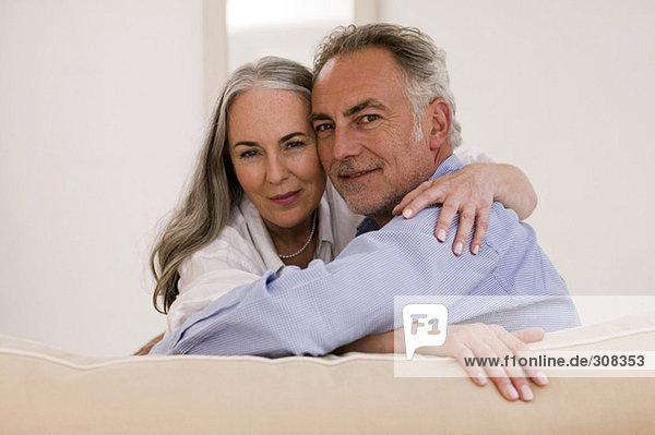 Erwachsenes Paar auf dem Sofa  Nahaufnahme  Portrait
