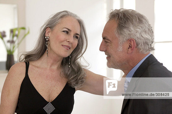 Ein reifes Paar  das sich ansieht und lächelt.