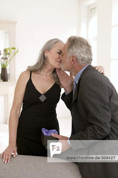 Reife Paare beim Küssen