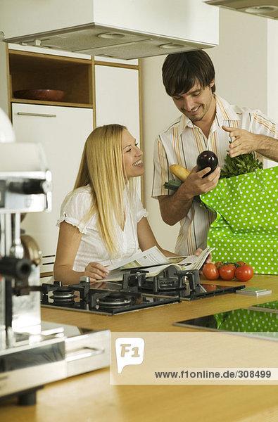 Junges Paar in der Küche  Mann mit Gemüse