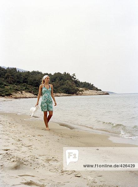 Eine Frau an einem Strand.