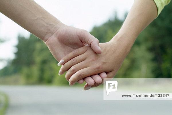 Nahaufnahme von Mann und Frau hält hände
