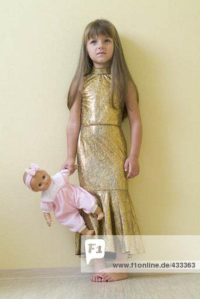 halten jung Puppe Mädchen