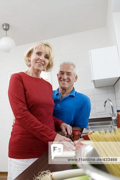 Portrait von reifes Paar arbeiten in Küche