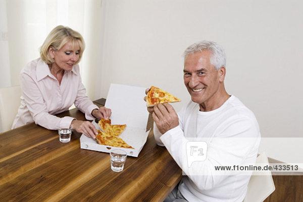 Mann teilen lächeln reifer Erwachsene reife Erwachsene Pizza