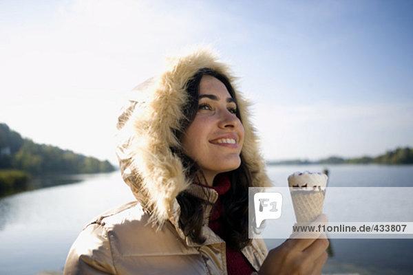 Happy young Woman im Freien im Winter hält Eis