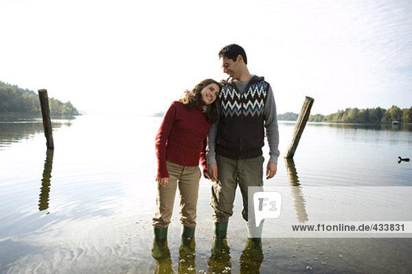 junges paar Standing in Lake zufrieden