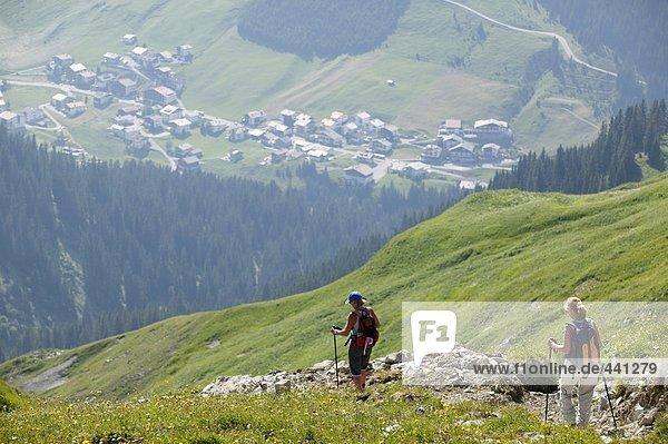 Zwei Personen beim Wandern in den Bergen