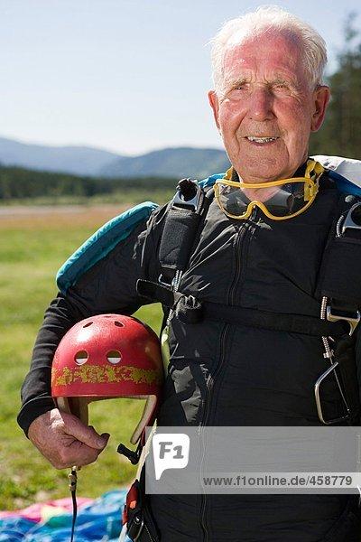 Senior erwachsener Fallschirmspringer