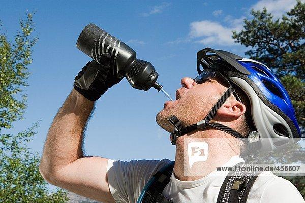 Mountainbiker trinken aus der Flasche