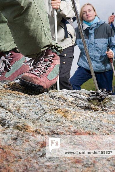 Wanderer  die auf Felsen wandern