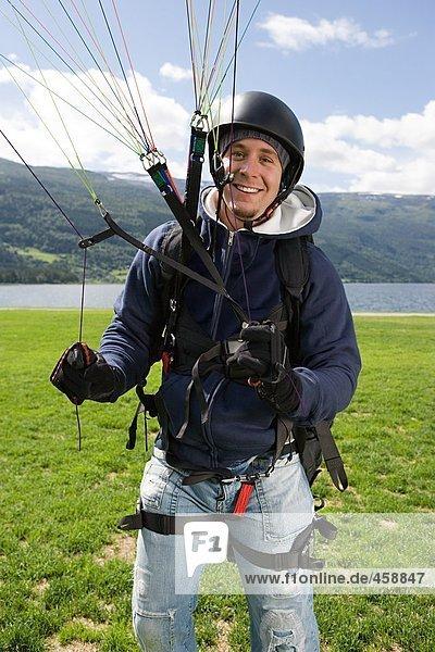 Lächelnder Fallschirmspringer
