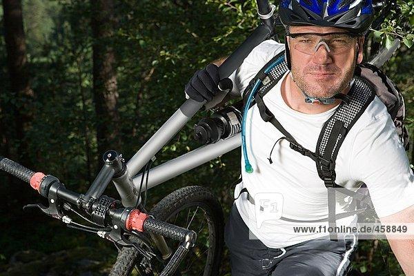 Mountainbiker mit Fahrrad