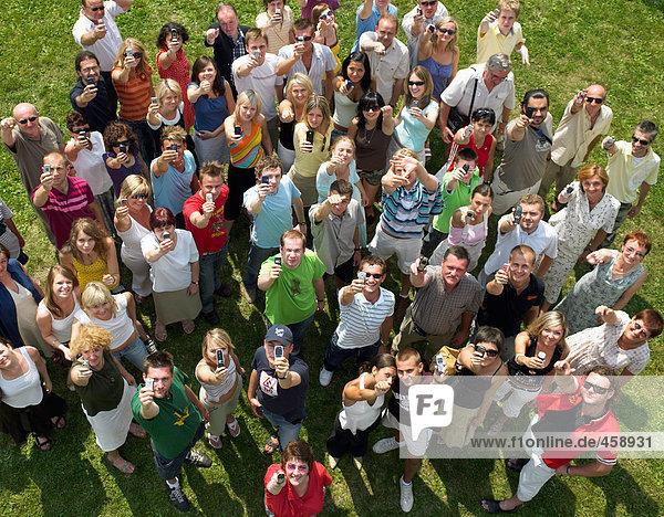 Menschenmenge mit Mobiltelefonen