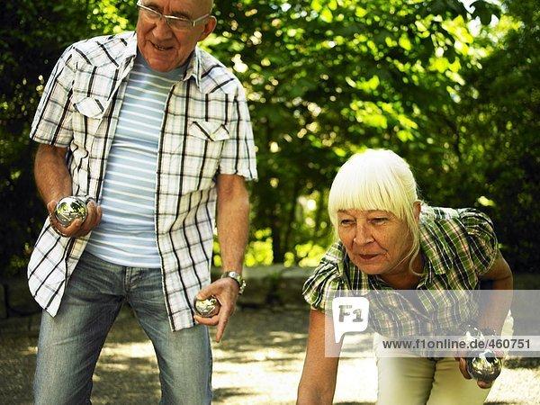 Senioren spielen Boule.