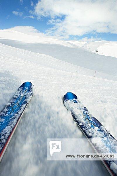 Slalom Ski in eine Skipiste.