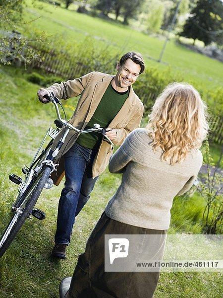 Ein Mann und eine Frau treffen außerhalb.