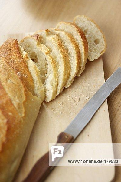 In Scheiben geschnittenes Baguette - Weißbrot - Beilage - Kohlenhydrate  fully_released