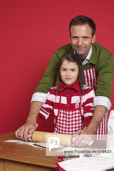Vater und Tochter beim Plätzchen backen  fully_released