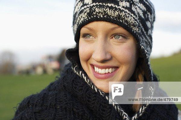 Junge Frau in herbstlicher Kleidung - Freizeit  fully_released