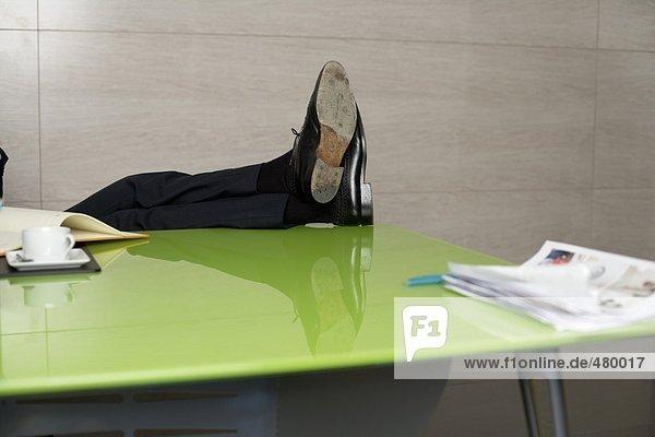 Geschäftsmann sitzt an seinem Schreibtisch  fully_released