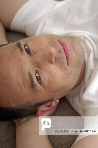 Headshot entspannenden jungen Mannes