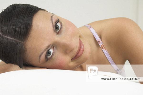 Headshot of beautiful young Woman Blick in die Kamera