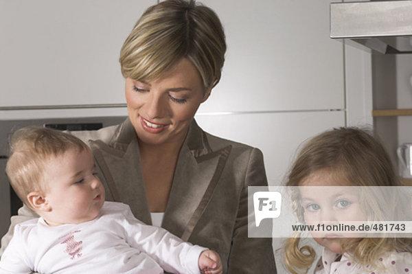 junge geschäftsfrau mit ihr Töchter ein suchen moody