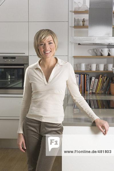 stehend Portrait Frau lächeln Küche jung